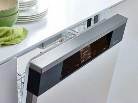 理想的な食器の乾燥に プログラム終了後、食器洗い機のドアが自動的に開き、少し開いた位置で止まったままになります。これにより、新鮮な空気が食器に届き、たとえば洗い立てのプラスチック製のお皿も十分に乾きます。特別な排気ダクトが備わっているので、キッチンカウンターが湿気にさらされることがありません。